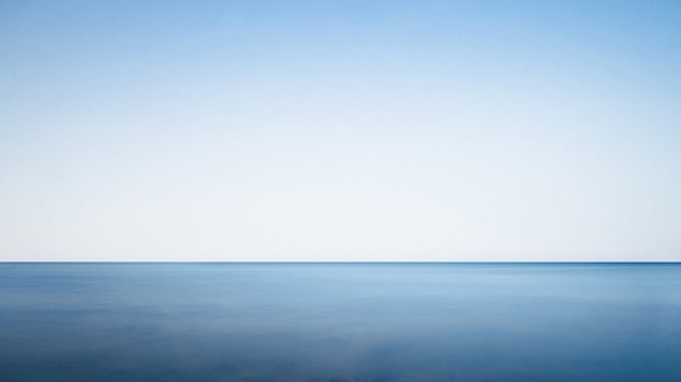 Ruhiges meer an einem sonnigen tag