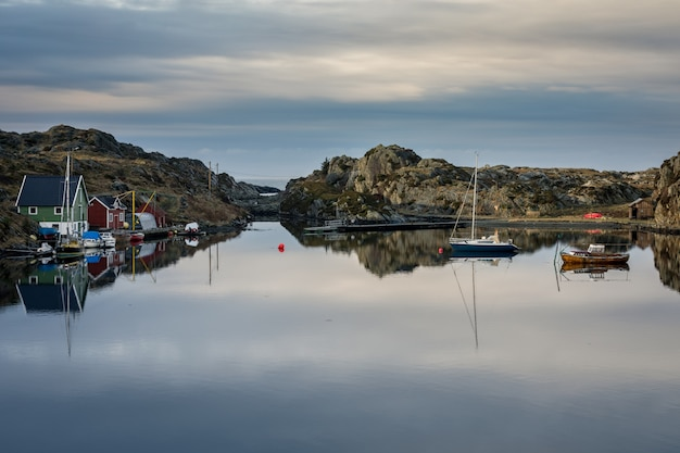 Ruhiges meer mit booten und bootshäusern, schöne landschaft und himmel. der rovaer-archipel.