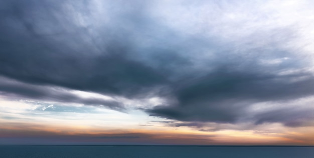 Ruhiges meer mit dramatischem himmel mit wolken. ruhige sonnenuntergangslandschaft