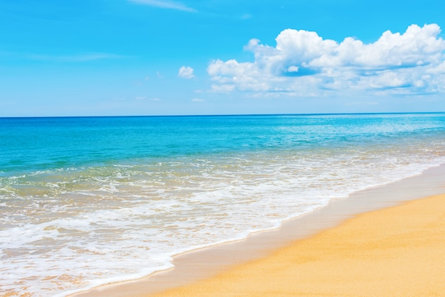 Ruhiges meer sandy beach phukets mai khao blue sky