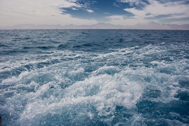 Ruhiges meer und blauer himmel hintergrund. naturkonzept