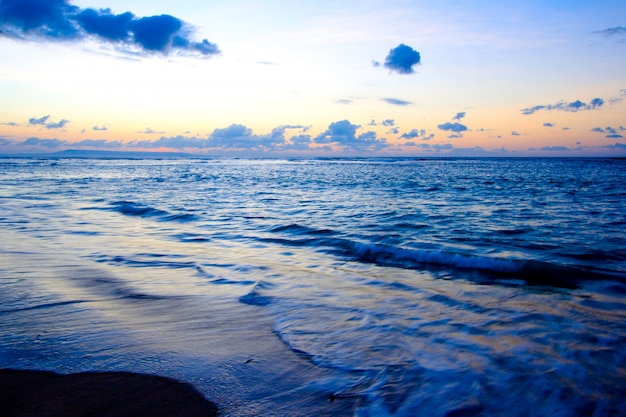 Ruhiges meer und strand bei tropischem sonnenaufgang