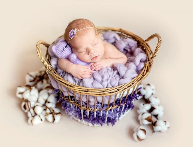 Ruhiges schläfriges neugeborenes mit spielzeug