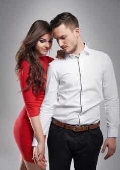 Ruhiges und elegantes paar, das händchen hält