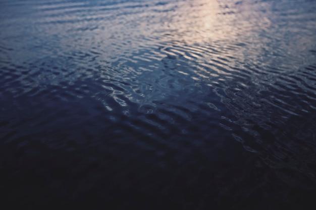 Ruhiges wasser im dunkelblauen ozeanhintergrund