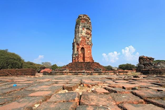 Ruine des alten tempels oder des wat in thailand