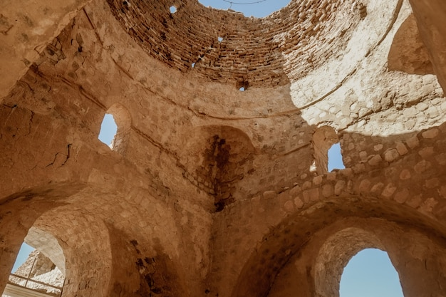 Ruine und altes innerhalb der haube des sarvestan-palastes, der iran.