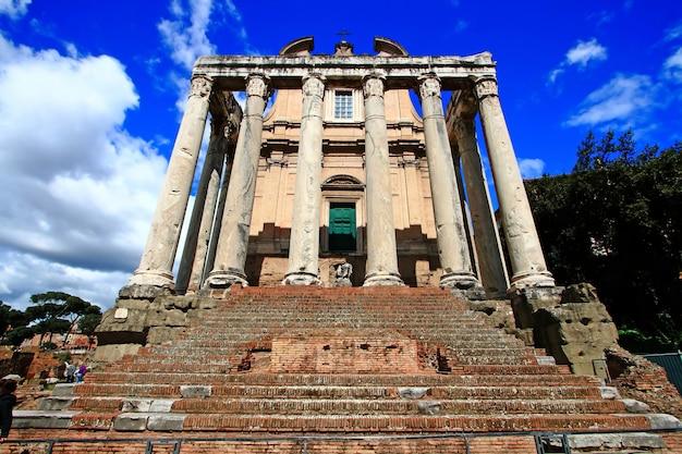 Ruine von roman forum im perfekten himmel