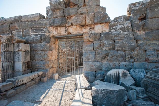 Ruinen der alten stadt ephesus, die altgriechische stadt in der türkei, an einem schönen sommertag
