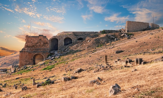 Ruinen der antiken stadt hierapolis bei sonnenuntergang