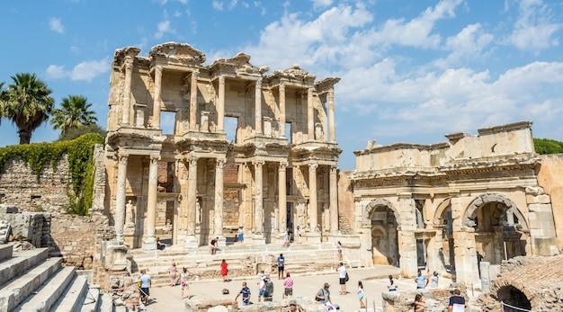 Ruinen der celsius-bibliothek in der antiken stadt ephesus in der türkei