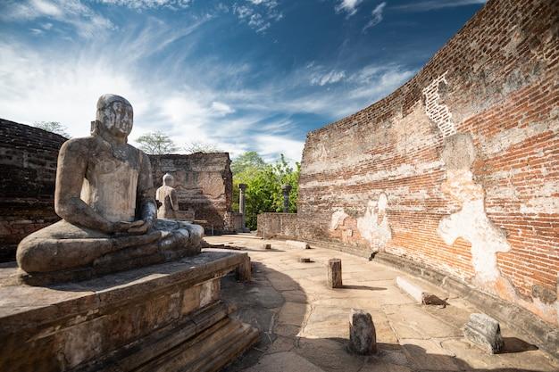 Ruinen der historischen buddha-statue und stadt in polonnaruwa, sri lanka