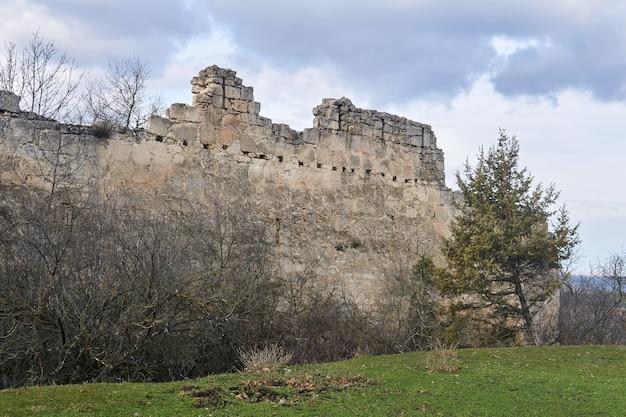Ruinen der mauern der mittelalterlichen festung tschufut-kale, krim