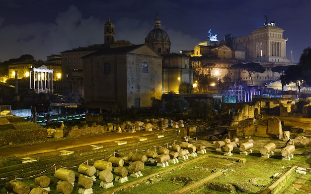 Ruinen der nachtansicht des forum romanum in rom, italien.
