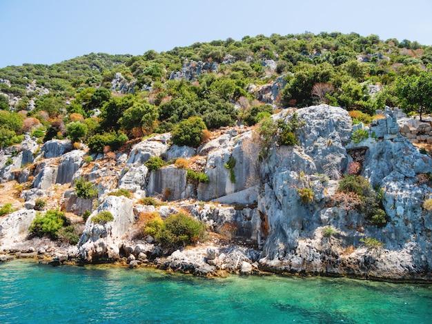 Ruinen der versunkenen stadt auf kekova, kleine türkische insel nahe demre.