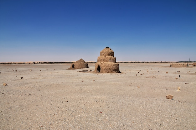 Ruinen des alten ägyptischen tempels auf der insel sai, nubien, sudan