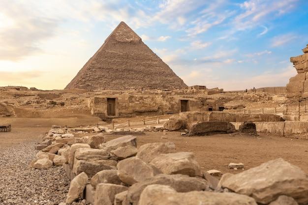Ruinen des alten gizeh und der pyramide von chephren, ägypten.