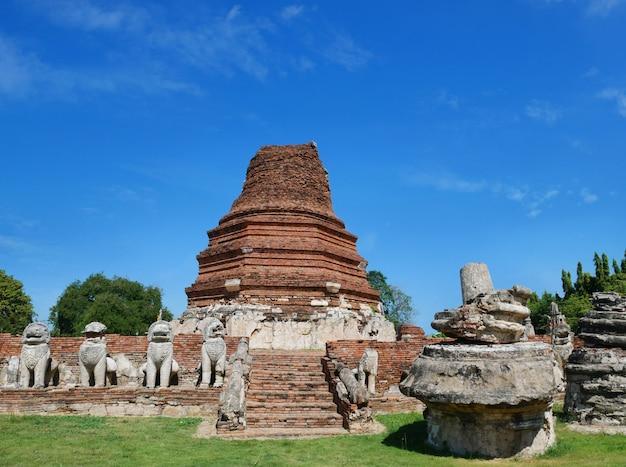 Ruinen des alten tempels in thailand.