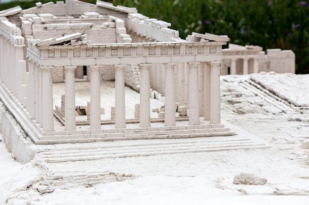 Ruinen des alten tempels, miniaturszene im freien, europa. mini figuren mit hoher entkalkung von objekten, realistisches diorama, spielzeugmodell