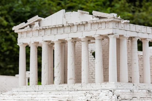 Ruinen des alten tempels, miniaturszene im freien. mini figuren mit hoher entkalkung von objekten, realistisches diorama, spielzeugmodell