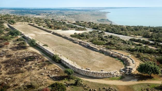 Ruinen des antiken stadions (2. jahrhundert n. chr.) in kourion in der nähe von limassol, zypern. als eines der lokalen wahrzeichen war kourion in der antike ein wichtiges stadtkönigreich