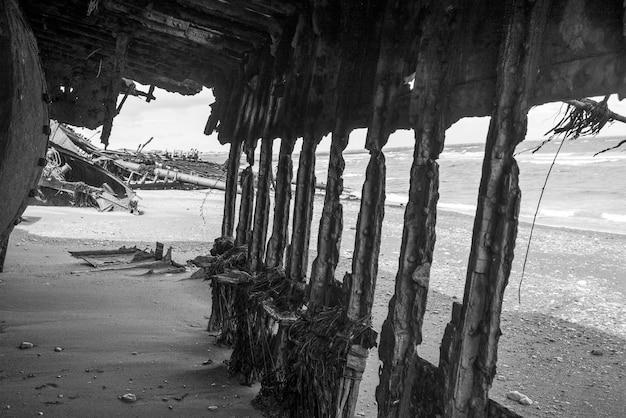 Ruinen des britischen klipper-botschafters auf dem strand, estancia san gregorio, patagonia, chile