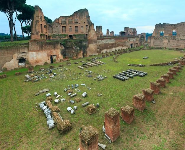 Ruinen des hippodrom-stadions von domitian am palatin in rom, italien.