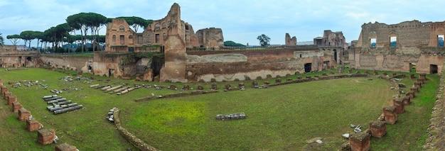 Ruinen des hippodrom-stadions von domitian auf dem palatin in rom, italien. drei schüsse stitch panorama. menschen sind nicht wiederzuerkennen.