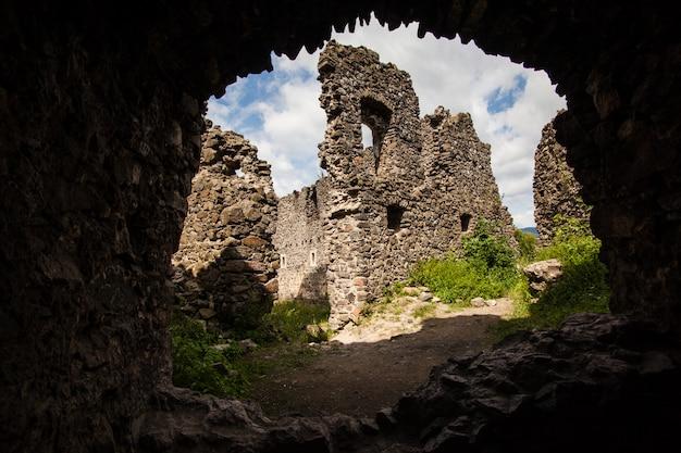 Ruinen des schlosses nevytske in der transkarpatienregion.