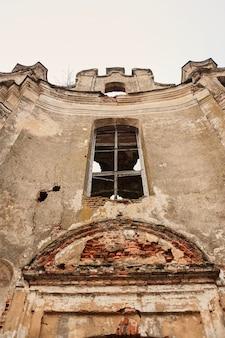 Ruinen einer alten europäischen katholischen kirche an einem herbstnachmittag