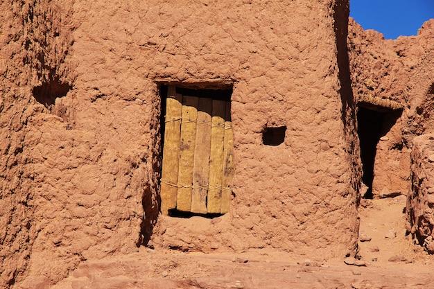 Ruinen einer festung in einer verlassenen stadt in der sahara-wüste