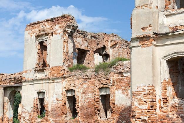 Ruinen einer mauer einer alten festung, nahaufnahme fotografiert. das gebäude ist aus rotem backstein gebaut
