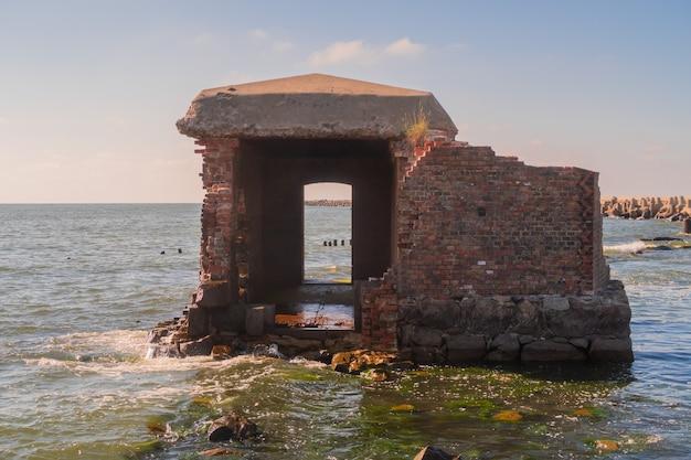 Ruinen eines backsteinmauergebäudes. alte zerstörte festung am meer. stockfotografie. ostsee, gebiet kaliningrad, russland, weichsel nehrung.