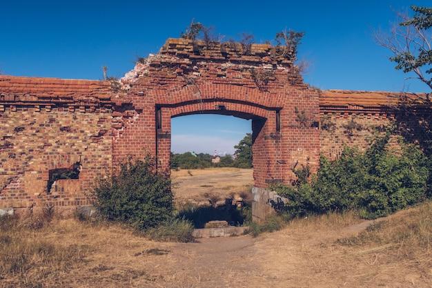 Ruinen eines backsteinmauergebäudes. alte zerstörte festung. stockfotografie. ostsee, gebiet kaliningrad, russland, weichsel nehrung.