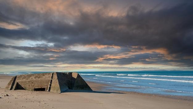 Ruinen eines deutschen bunkers am strand der normandie, frankreich Premium Fotos