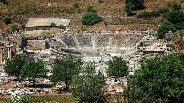 Ruinen in der antiken griechischen stadt ephesus oder efes an der küste des ionia-meeres in selchuk