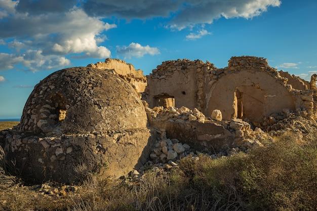 Ruinen von bergbaugebäuden in der nähe von agua amarga. cabo de gata. spanien.