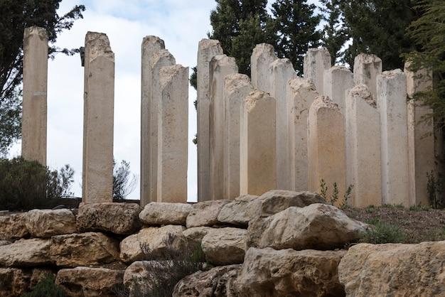 Ruinen von spalten am kinderdenkmal, holocaust-geschichtsmuseum, yad vashem, jerusalem, israel