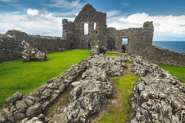 Ruinierte alte burg an der küste nordirlands