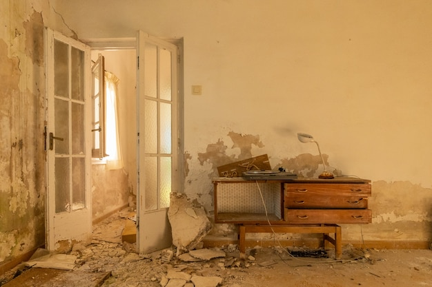 Ruinierte möbel im esszimmer