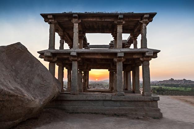 Ruinierte säulen