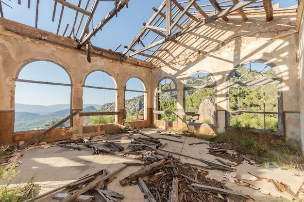 Ruiniertes gebäude an einem wunderschönen ort