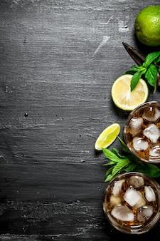 Rum mit eis, minze und frischer limette.