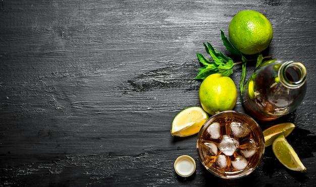 Rum mit eis, minze und frischer limette