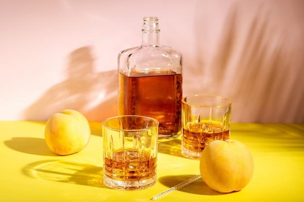 Rum oder amaretto sauer mit eis in einem glas