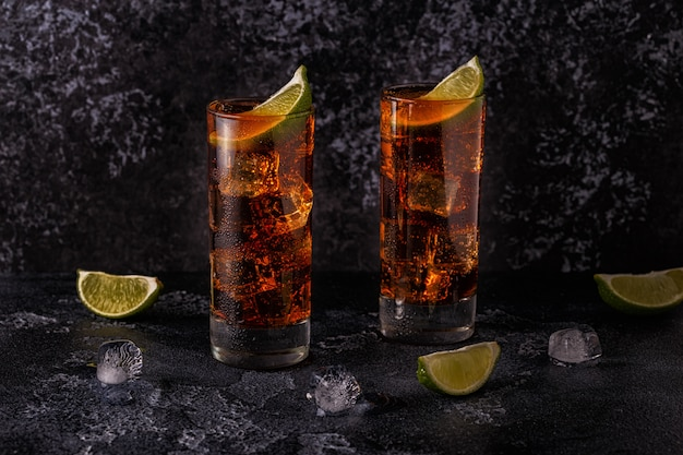 Rum und cola cuba libre mit limette und eis