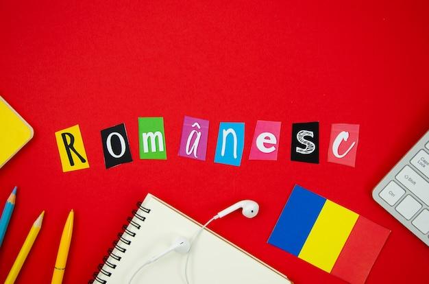 Rumänische beschriftung der flachen lage auf rotem hintergrund