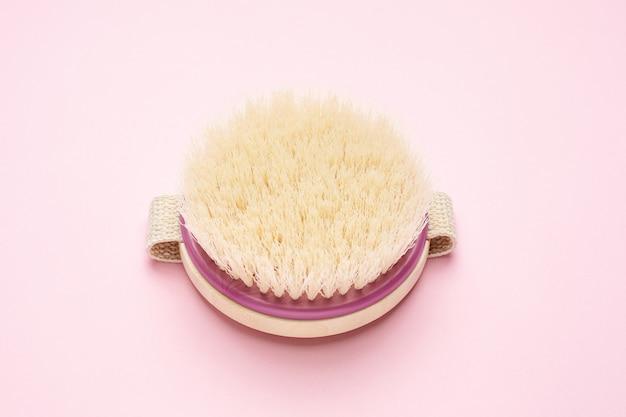 Rundbürste für trockene massage auf rosa