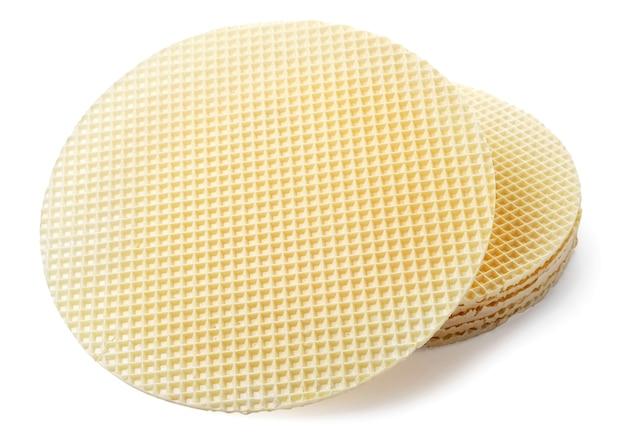 Runde blätter für waffelkuchen, ohne füllung nahaufnahme auf weißem hintergrund. isoliert