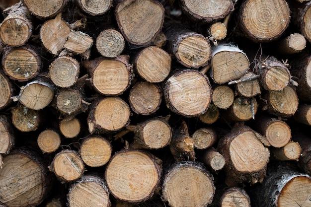 Runde brennholz in reihen gestapelt